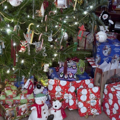 Christmas tree and gifts (400x400)