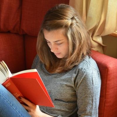 teen studying (400x400)