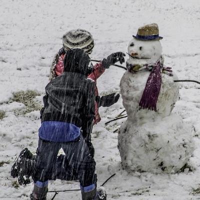 tweens building snowman (400x400)