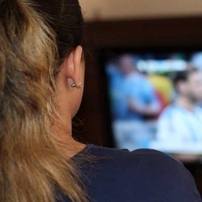 girl watching tv (400x400)