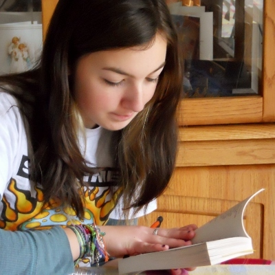 teen girl reading (400x400)