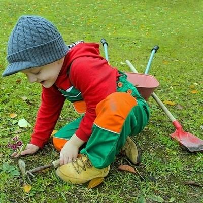 child planting (400x400)