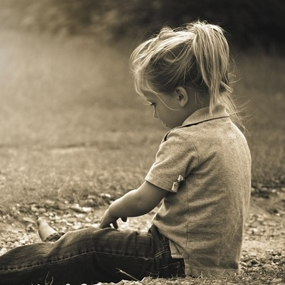 girl sitting on ground (400x400)