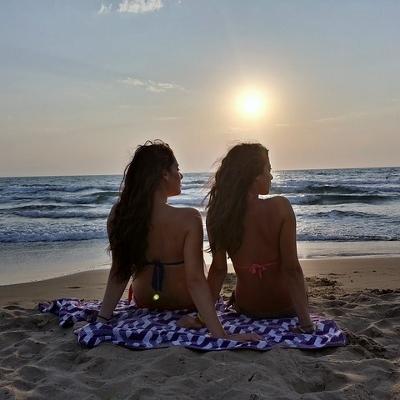 girls sunning (400x400)