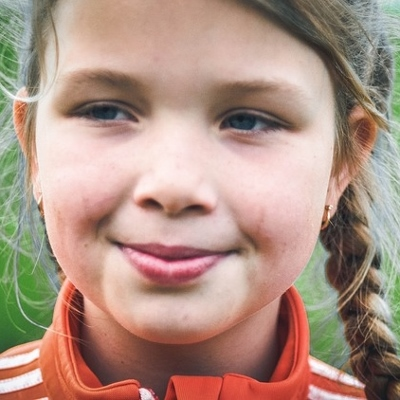 tween girl smiling (400x400)